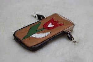Bőrrátétes, színes tulipán mintával díszített, bárányirha mobiltok