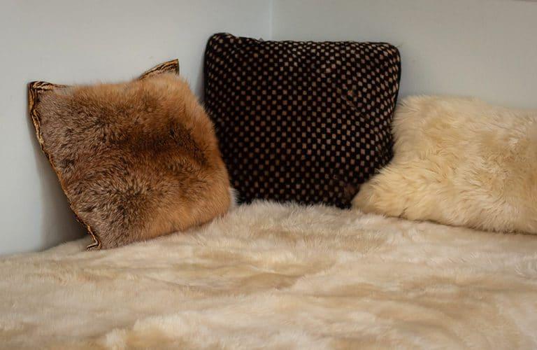 Bárány és vörös róka szőrme párna bárányszőrme ágytakaróval