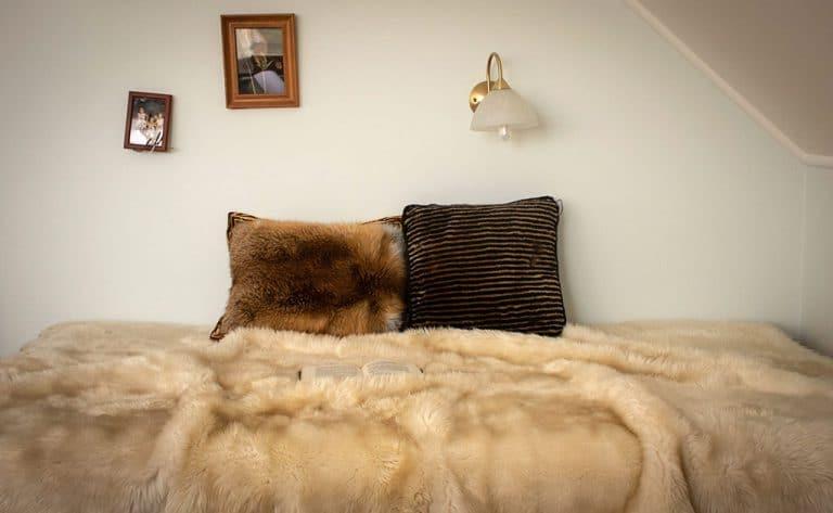 Festett bárány és vörös róka szőrme párna, bárányszőrme ágytakaróval