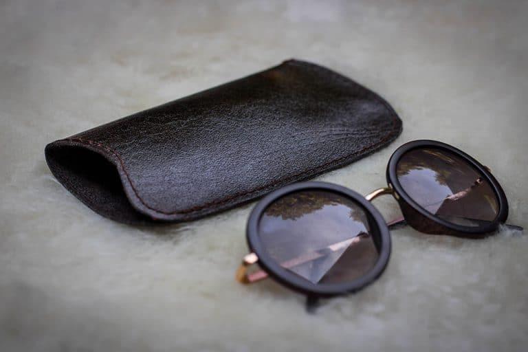 Egyszerű borjúbőr szemüvegtok bárányszőrön