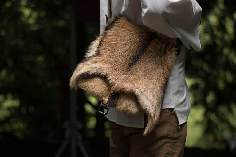 Egyedi natúr kecskeszőrrel díszített, báránybőr, rézcsatos, több rekeszes, válltáska