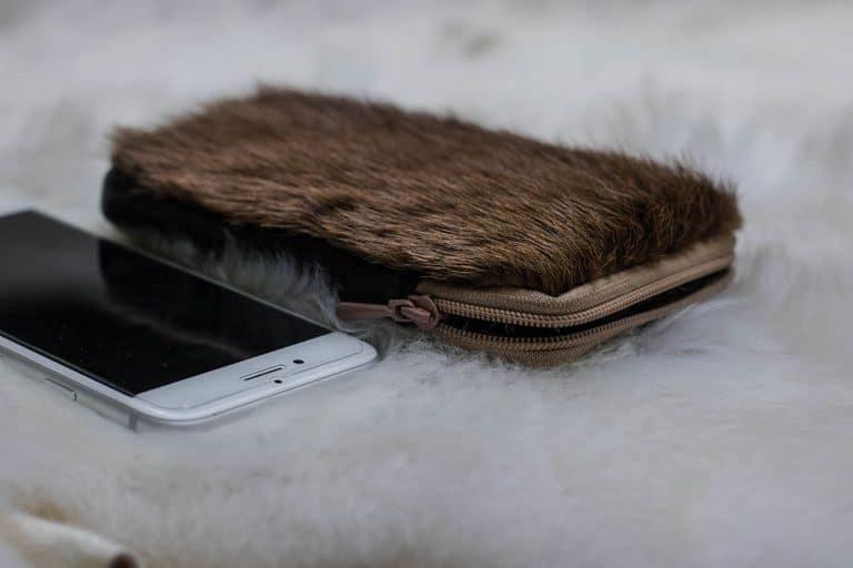 Kecskeszőrrel díszített cipzáros báránybőr telefontok