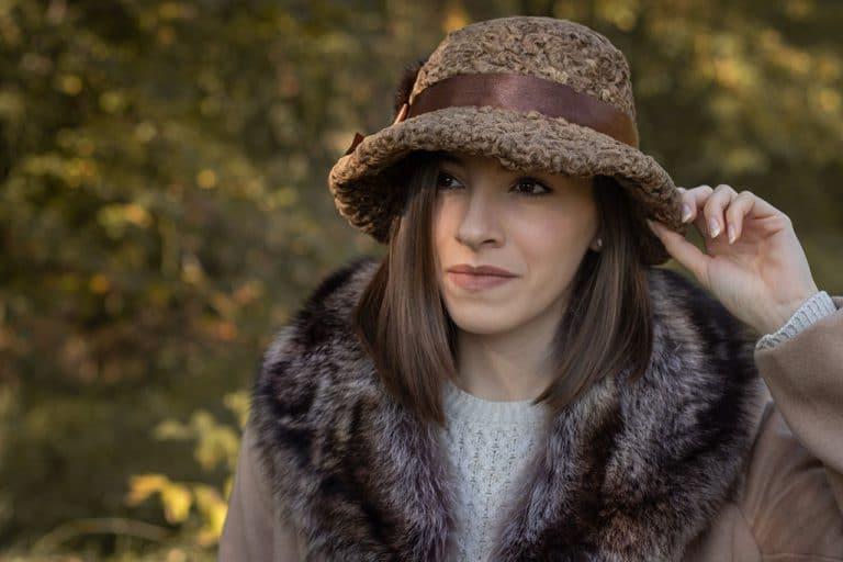 Perzsa bárány szőrme kalap és szépített mosómedve szőrme gallér a kézműves szűcsmestertől