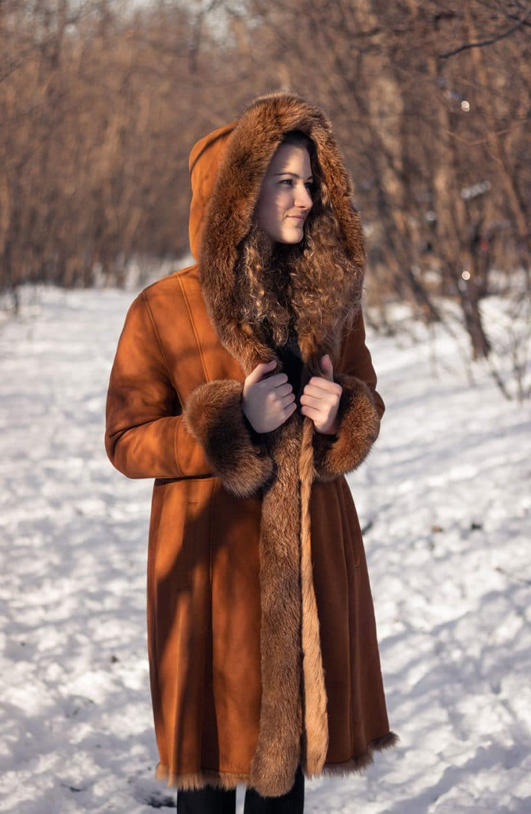 Festett sarki róka prémes hosszított irhakabát kapucnival különleges színben a Szűcsmestertől